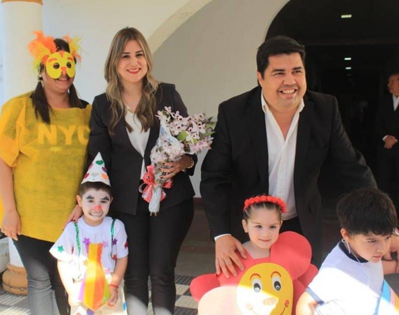 El Gobernador de Ñeembucú Lic. Luis Benítez y señora esposa, saludaron a estudiantes y escolares
