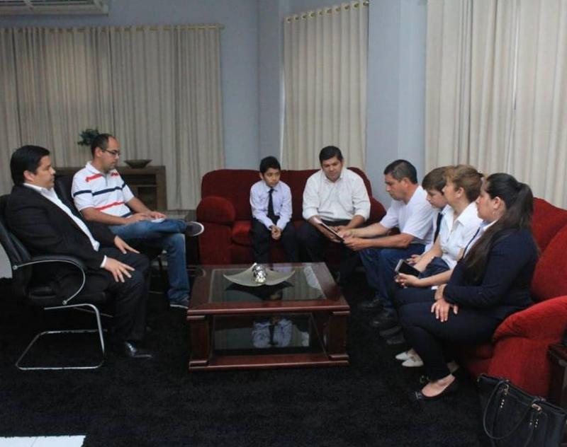 El Gobernador de Ñeembucú Lic. Luis Benítez, recibió éste lunes a representantes de la Comunidad Educativa de la Escuela San Miguel