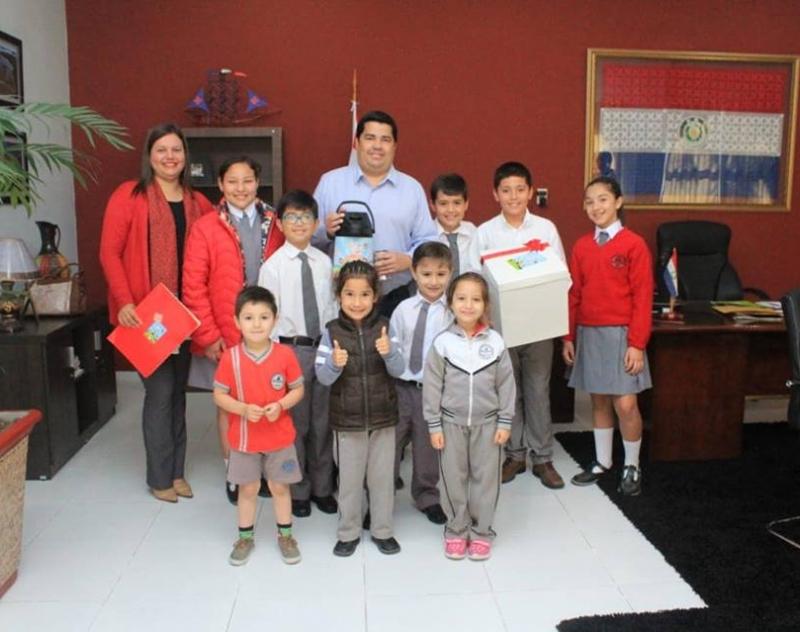 Representantes de la Escuela Nuestra Señora del Pilar se reunieron con el Gobernador