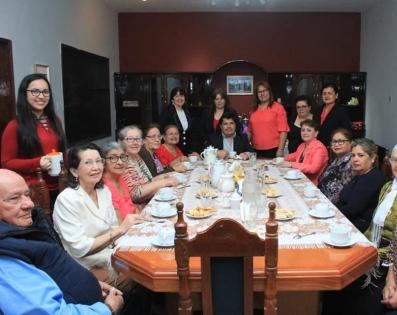 Gobernador de Ñeembucú, compartió el desayuno con grupo de adultos mayores